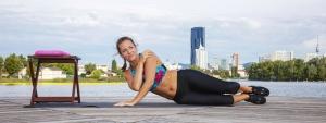 Seitliche Liegestütze sind Teil des 12-minütigen Aqua Bodyshape Workouts
